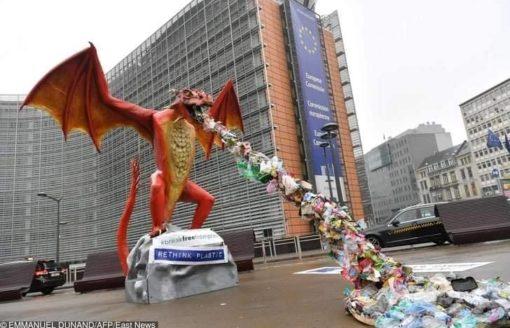 للحد من تلوث البيئة …شاهد بـ 11 صورة : مجسمات مذهلة مصنوعة من النفايات